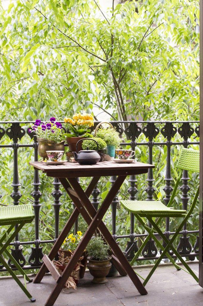 Desayuno en el balcón en Barcelona. Fuente: SingularesMag #5 primera revista digital de interiorismo en español