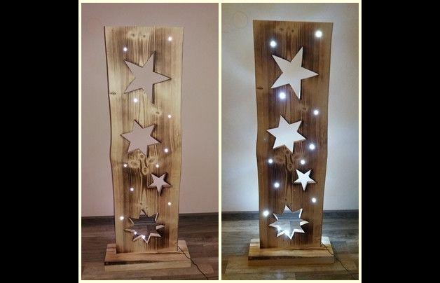 Liebevoll handgefertigtes Holzbrett (aus heimischen Wäldern). 4 Stück ausgesägte Sterne - verschiedene Größen und Formen. Mit Ständer - das Holzbrett können Sie ohne Probleme an den gewünschten...