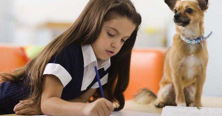 Cómo escribir cartas amistosas para niños. Escribir una carta amistosa es una manera de que los niños se comuniquen con otras personas que les importan. Anima al niño a seleccionar un amigo cercano o un miembro de la familia a quien escribir. También puede escribir una carta amistosa para sí mismo, o dictar sus pensamientos a alguien para que los escriba si aún no tiene buenas habilidades ...