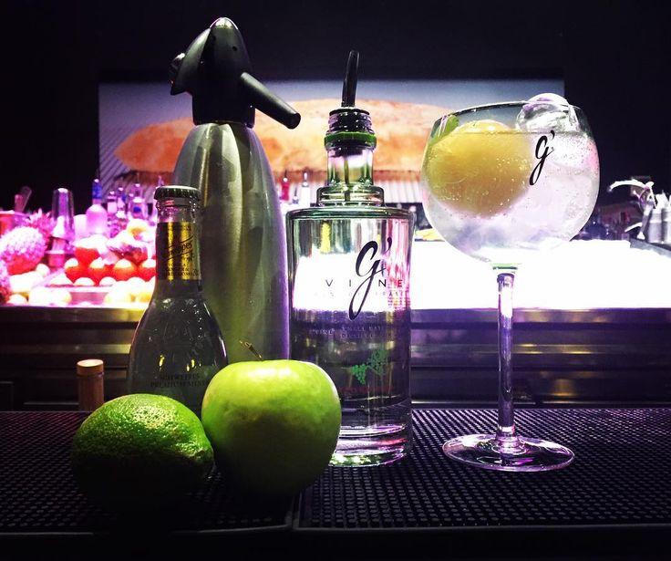 GREEN TÓNIC - Ginebra Gvine macerada con cilantro limón y pimienta negra. - Una bola helada de té verde chino. - Tónica Schweppes de jengibre y cardamomo. - Un toque de manzana verde.  Y #agozar !! #sagartoki #cocktails #gin #gvine #teverde #drink #restaurant #bar #night #lemon #apple #lacocinadesenén by sagartoki