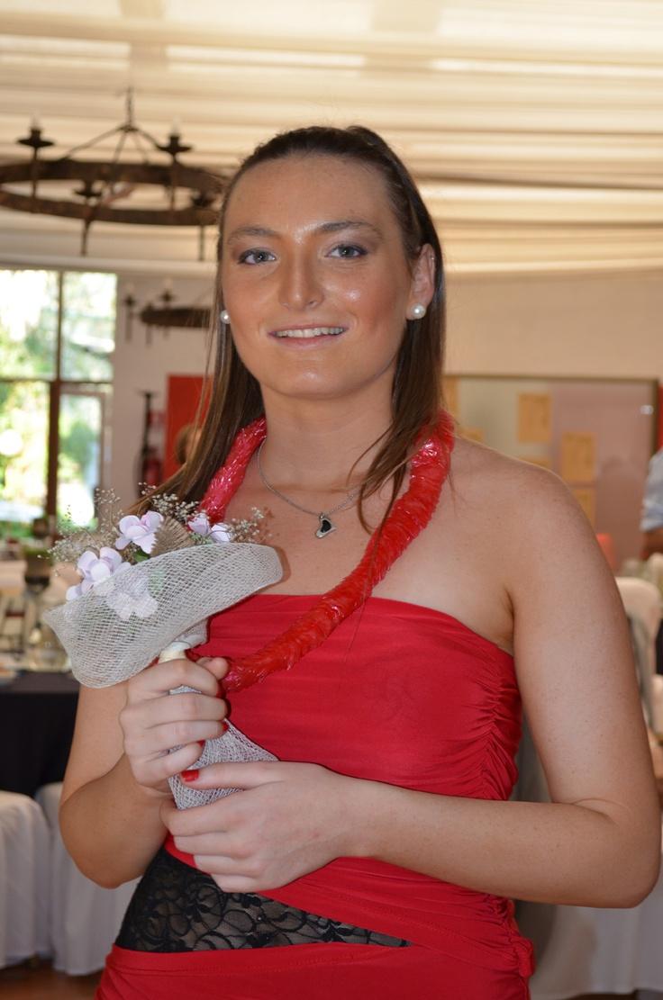 El ramo para las solteras también fue hecho con latas de bebidas, pero estas flores se pintaron blancas.