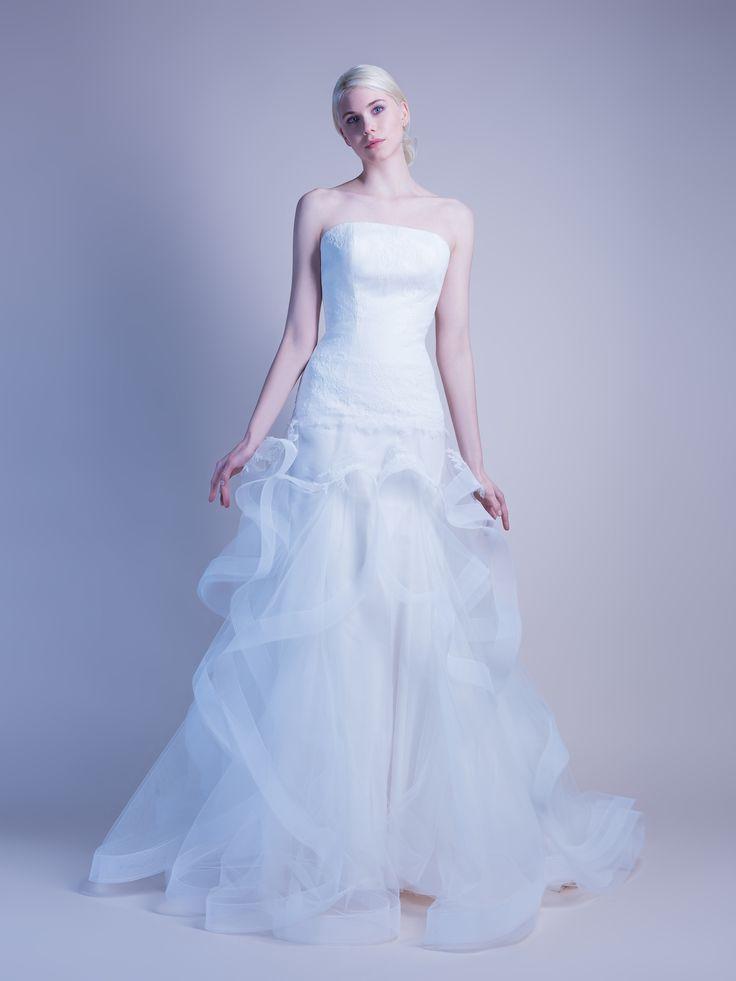 Robe de mariée fourreau en dentelle aux volants en tulle.