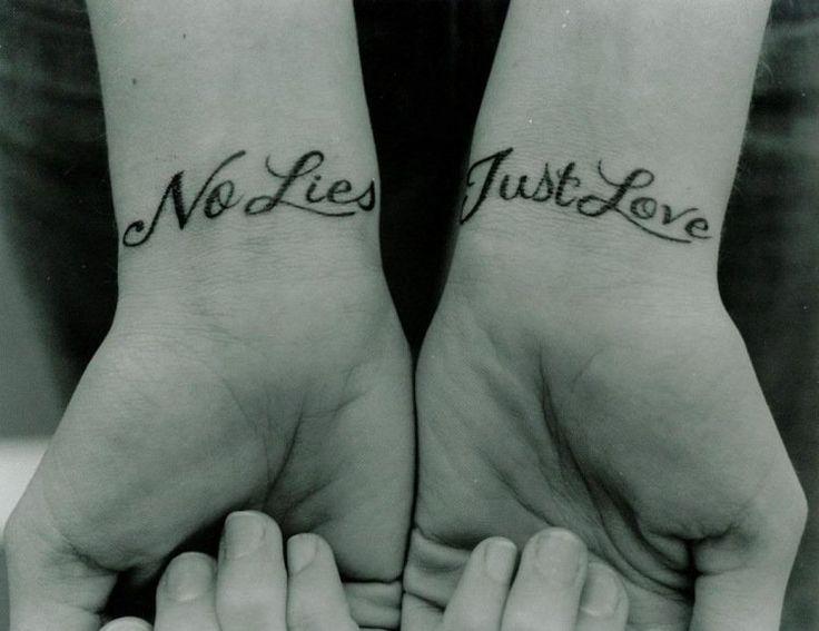 idées de tatouages poignets pour femme: phrases significatives