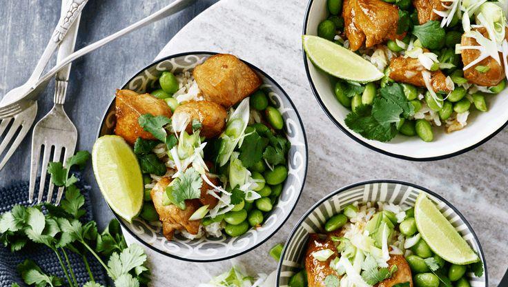 Teriyakisauce giver kyllingen en dyb smag, samtidig med at overfladen får en flot glasering. Få opskriften på teriyaki-kylling med edamamebønner og ris her