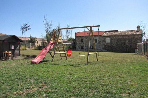 SORIA, AREVALO DE LA SIERRA. Casa Rural Garagüeta. Dispone de 4 habitaciones (1 adaptada), todas con baño, cocina, salón con chimenea y porche. En el exterior jardín privado de más de 1.000 m² y área infantil con #columpios, #CasitaDeJuegos #tobogán. En los alrededores se pueden realizar (senderismo, #RutasEnBicicleta o a caballo, descender por el río Duero en piraguas, escalada, etc.), o visitar  el #AcebalDeGaragueta, la #RutaDeLasIcnitas o las #RuinasDeNumancia. #CasaConZonaInfantil…