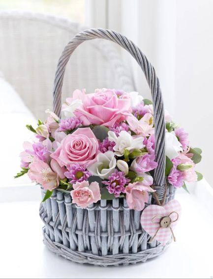 Un cestino pieno di fiori coloratissimi, in casa sta bene dappertutto e porta tanta allegria!