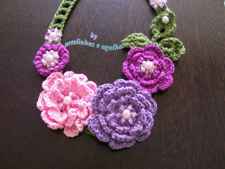 Colar de crochê com flores e pedrarias.: Rosa-Shocked Flora, Necklace