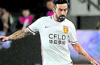 Millones a la tribuna Ocho meses y medio tuvo que esperar Ezequiel Lavezzi para continuar con su aventura china. Desde el 22 de mayo del 2016 en el que jugó contra Yanbian... http://sientemendoza.com/2017/03/12/millones-a-la-tribuna/