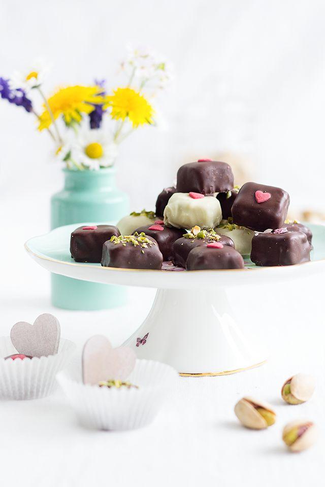 Die Pistazien-Mandel-Pralinen sind eine süße Geschenkidee zu Muttertag, die schnell und einfach aus nur wenigen Zutaten herzustellen ist.