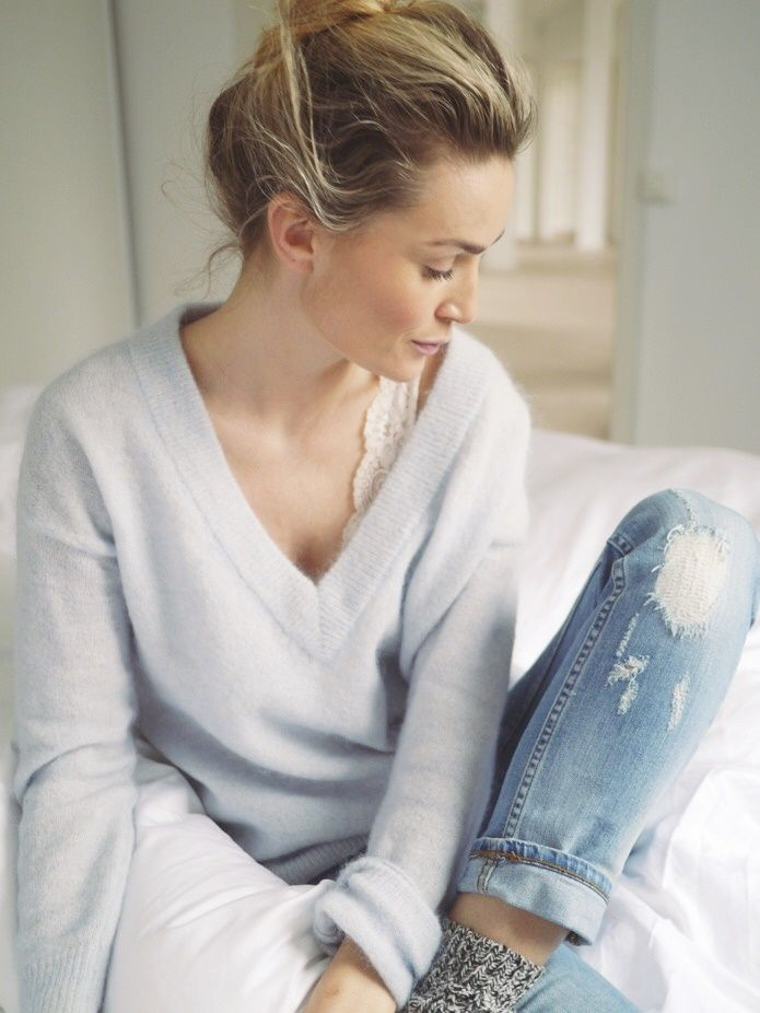 Camilla Pihl // ripped denim and light blue cozy sweater casual look Cool Outfits, Fashion Outfits, Stylish Outfits, Women's Fashion, Light Blue Sweater, Mode Plus, Cute Lingerie, Mode Chic, Ripped Denim