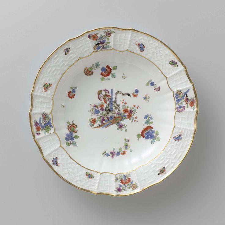 Meissener Porzellan Manufaktur | Soepbord, veelkleurig beschilderd met een Kakiemon-decor, Meissener Porzellan Manufaktur, c. 1740 - c. 1745 | Soepbord van beschilderd porselein. Het bord heeft een geribde en geschulpte rand. Het bord is beschilderd met een tijger, die zich tussen bloemen om een bamboestengel draait, gestrooide Indianische Blumen, vlinders en takken met vogels. De rand is versierd met het 'Altbrandenstein'-patroon. Het bord is gemerkt.