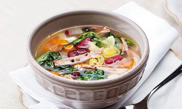 Sopa rica de feijão e carne, tão substancial que pode substituir o prato principal.