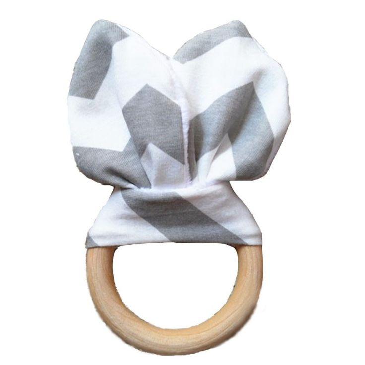 De bijtring, met grey konijnenoren, is lekker om op te sabbelen, mee te knuffelen en leuk om mee te spelen. Ideaal voor baby's met doorkomende tandjes. Aan de ene kant een mooi katoenen stofje en aan de andere kant heerlijk zacht wit fleece met 'knispers' erin. De houten ring is gemaakt van onbewerkt hout, veilig voor baby's.  De doorsnede van de ring is 7 cm.