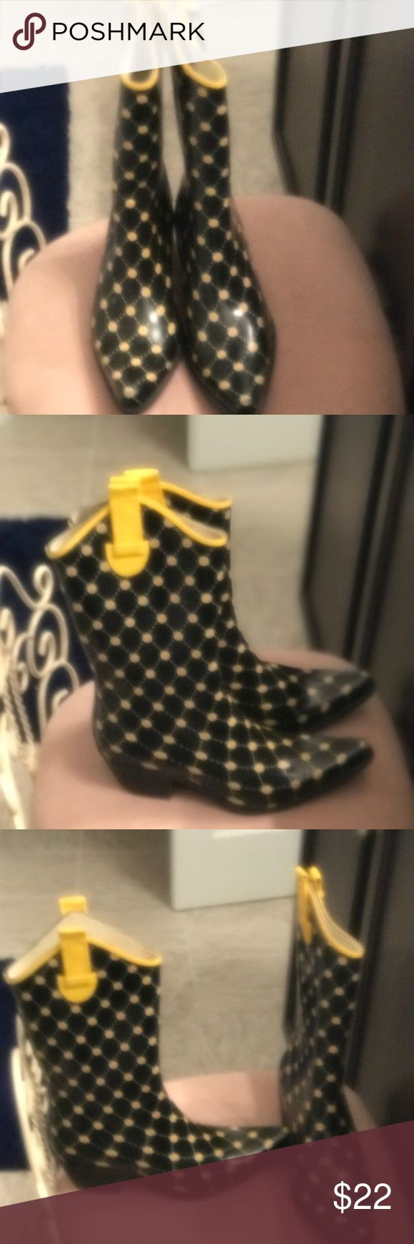 Black and yellow rubber rain boots Great condition rain boots Shoes Winter & Rain Boots