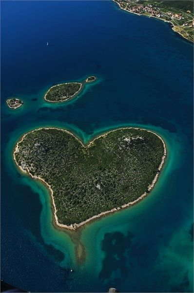 "The Croatian island, Galešnjak (also called Island of Love, Lover's Island, Otok za Zaljubljene), is one of the worlds few naturally occurring heart-shaped objects.-- How amazing!"""