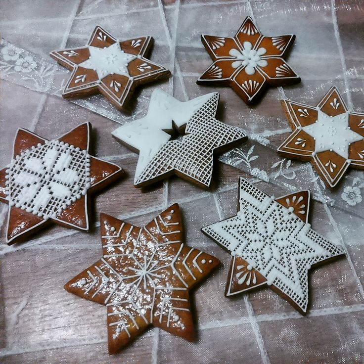 Christmas stars made of honey cookies by Honiees.