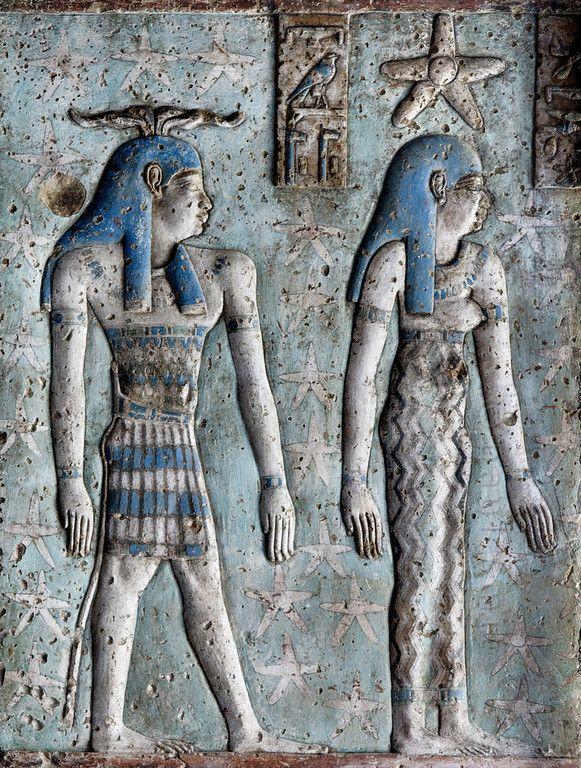 [MISIR 29594]  'Dendera'da gece onuncu saat.'    En Dendera'da Hathor Tapınağı'nın dış hypostyle hall girerek eski zaman makinesine atılmış bir adım gibidir. Salonun tüm tavanı Zaman ve döner Gökler bazı ilişkisi olan rakamlar yüzlerce ile kaplıdır.  , Salonun girisinde, cephe sütunları o dinlenme architraves gece saat ve günün tanrıçaları ile süslenmiş çok uygun.  Bu resimde, bir yıldızla taçlandırılmış, gece onuncu saat tanrıçası görüyoruz. Bu belirli bir saat ile ilişkili olan bir Tanrı…