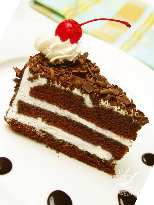 La Torta della foresta nera è un dolce tedesco famosissimo in tutto il mondo, a base di pan di Spagna al cioccolato e farcito con panna e ciliegie.
