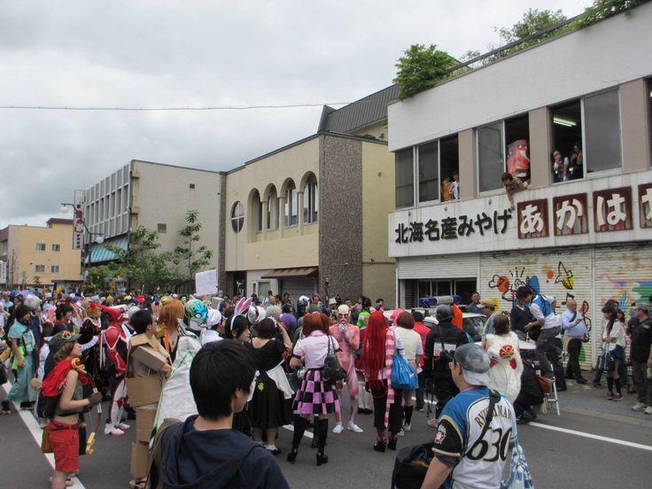 「洞爺湖マンガ・アニメフェスタ」って知っていますか? 北海道の 洞爺湖で開催される、マンガ・アニメ好きのための祭典。新聞でも話題になりました! http://toyako.at.webry.info/201306/article_18.html この洞爺湖マンガ・アニメフェスタが2014年も6月21日(土)・22日(日)に開催されます。まだこのこのお祭りの事を知らなかった方のために、魅力をご紹介します! 1.洞爺湖マンガ・アニメフェスタとは? http://minkara.carview.co.jp/userid/588390/blog/26963014/ 北海道洞爺湖の温泉街が丸ごとコスプレ会場になるイベントです。声優のトークショーや同人誌即売会、コスプレコンテストなどのイベントも盛りだくさん。2013年は 49,000人も参加しました!2.みんなコスプレで盛り上がってます! このイベントの目玉はなんといってもコスプレ!その光景をご紹介します。 セブンイレブンの前でパシ...