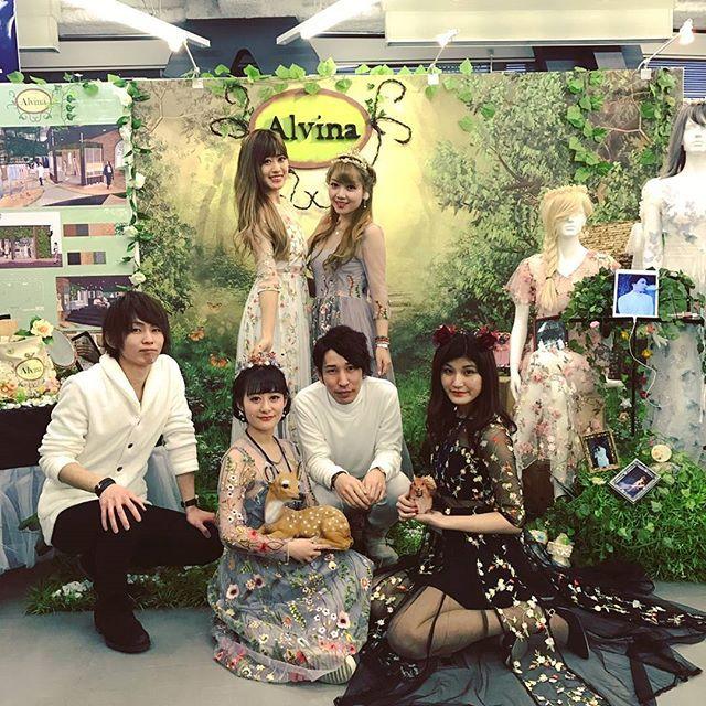 【misalalin】さんのInstagramをピンしています。 《. 昨日は❇MEW❇本番でした。 FB学科No.1『Alvina』 遊びにきてくれてありがとうございました!💞 とても、楽しかった!! . #東京 #モード学園 #mymode #mode #tokyo #学校 #fashion #MEW #お疲れ様 #森 #Alvina #ビジネス学科 #友達 #クラスメイト #楽しかった #memory #favorite #misalain》