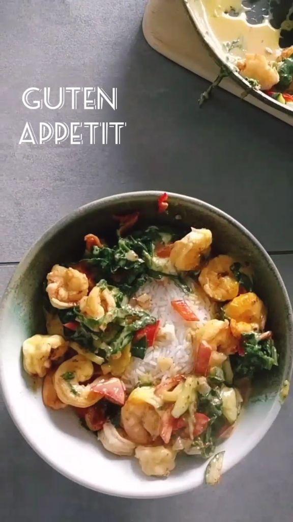 Leckere Garnelenpfanne mit frischem Spinat und Kurkuma Die Garnelen liefern hochwertiges Eiweiß, an Spinat und dem restlichen Gemüse kann man sich auch in der Diät richtig satt essen. Durch Kurkuma wird das ganze ein geschmackliches Highlight - für jeden Tag :) Das Rezept stammt aus meiner Instagram Story - mehr solcher Rezepte findet ihr auf meinem Blog #Fitness #Rezept #lecker #yummy #abnehmen