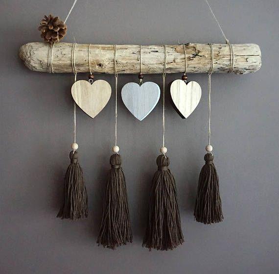Suspension bois flotté coeurs et pompons