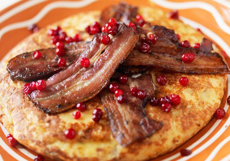 Skånemejerier | Skånsk äggakaka med knaperstekt fläsk och rårörda lingon
