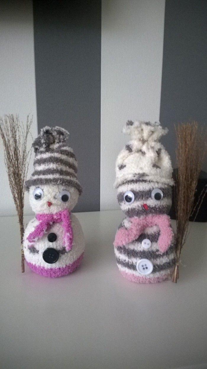 sneeuwpopjes van sokken sok afknippen na de hak en vullen met rijst dan dicht maken romp scheiden van hoofd met touwtje rest van sok word zijn hoed