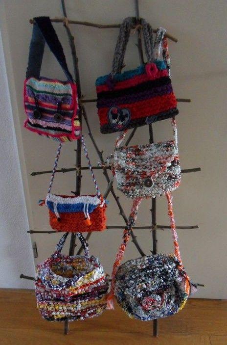 Tassen breien van oude plastic zakken