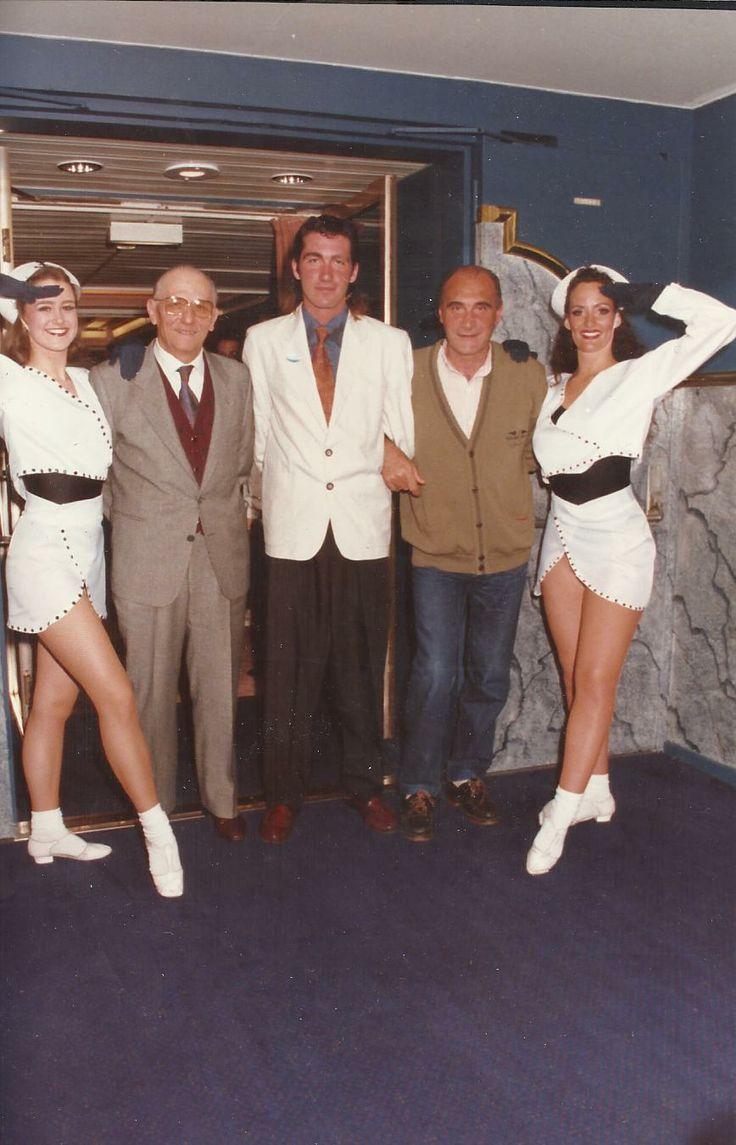 Da sx: Hostess, Giovanni Terranova, Mirko Nicoletti, Bruno Nicoletti, Hostess. M/N Monterrey MCS. 1993