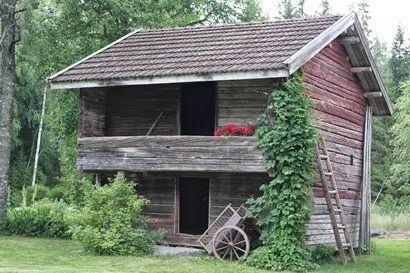 En este tipo de construcciones se almacenaban cosas, comida, utensilios etc. y también se dormía, especialmente en verano. Campo finlandés. Finlandia.