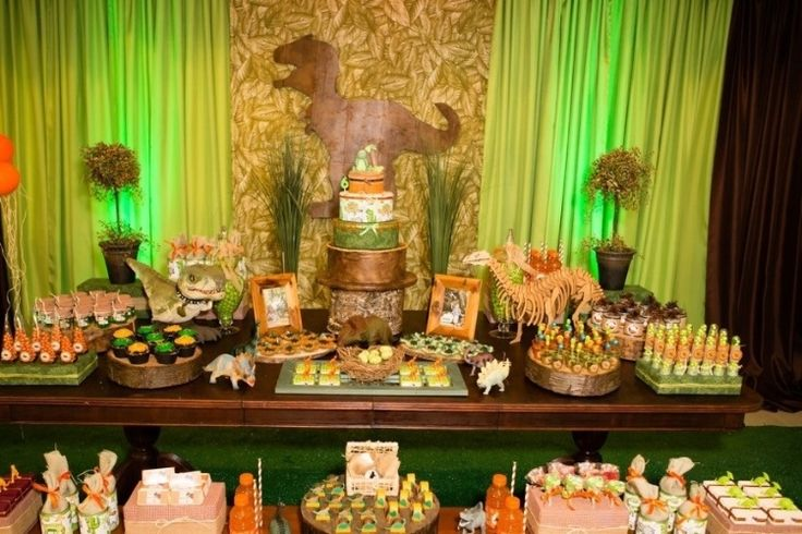 A arquiteta Alessandra Bianca Schmidt, da Silly and Sweet Party (www.facebook.com/Silly.and.Sweet.Party.Decoration), decidiu transformar a paixão do filho Matheus por dinossauros em tema de sua festa