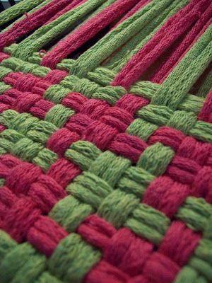 "The Philosopher's Wife: Pot Holder Loom Weaving How To -- ""Houndstooth"""