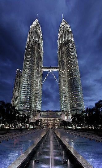 Petronas Twin Towers w Kuala Lumpur — najwyższe bliźniacze wieże świata o wysokości 452 m., nawiązujące do sztuki islamskiej, należą do firmy Petronas — narodowego przedsiębiorstwa naftowego Malezji, które według rankingu Fortune jest najbardziej zyskownym przedsiębiorstwem Azji; Financial Times uznał Petronas za najbardziej wpływowe państwowe przedsiębiorstwo naftowe z krajów spoza OECD