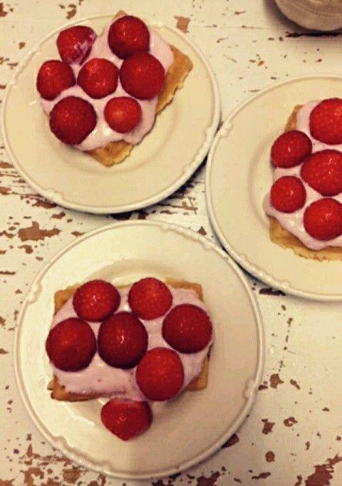 Wafels met aardbeienkwark en verse aardbeien