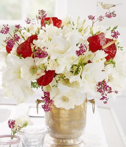 Dieser winterliche Blumenstrauß aus Amaryllis, Liebesperlenstrauch und Flamingoblume zaubert eine märchenhaft romantische Atmosphäre.