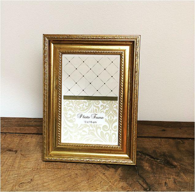 Cadre Doré petit modèle 10x15cm idéal pour inscrire le numéro ou le nom de table, chez l'Atelier d'Hiris, location de décoration 44