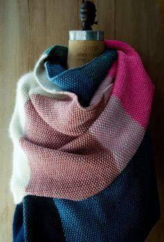 Tuto : châle rayé en tricot géant et multicolore au point de riz (source en anglais).