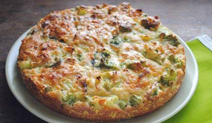 Imádom a brokkolit, és nagyon szeretem a sós tortákat is. Főleg, ha ez a kettő egy ételben testesül meg. Ha pedig még egészséges is, akkor aztán a konyhámban jöhet minden mennyiségben. Ezért is szeretem nagyon a fitnesz brokkolitortát liszt nélkül. A finom főtt brokkoli az isteni sonkával, tojással, joghurttal és fűszerekkel igazán laktató finomság. A teteje sajttal is megszórható, ha pedig nem diétázunk és nem vigyázunk a vonalainkra, akkor bőven kerülhet a tetejére.