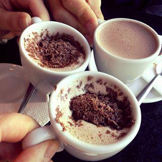 Choconhaque para esquentar geral. | Estas receitas de chocolate quente vão te dar vontade de lamber a tela