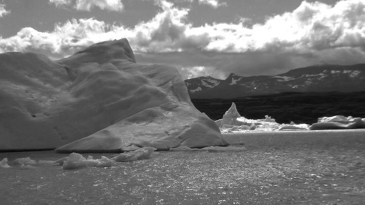 La neve è il sembiante che svela i miei cristalli come  biancore che scende dal cielo . Sempre essa silenziosa, come il grande sguardo di Dio su di me,  e il muro di ghiaccio che mi chiude all'infinito.         ( Ghiacciaio  Upsala,  Lago Argentino)