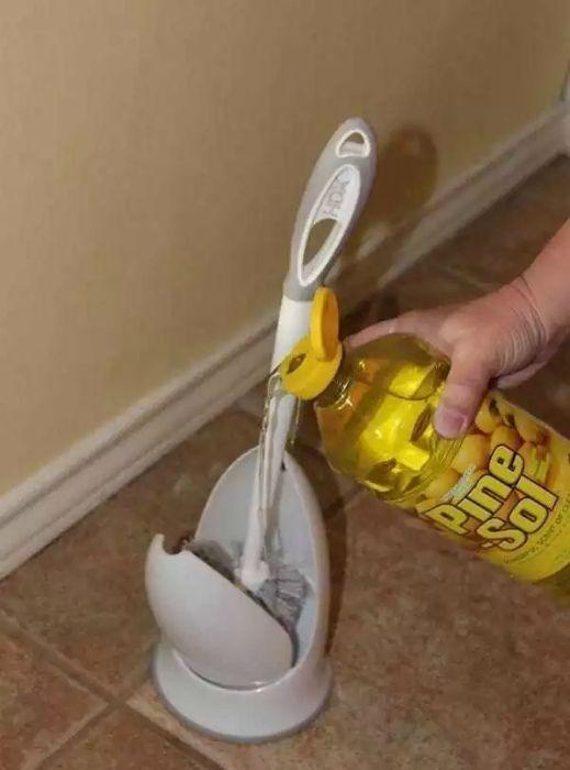 Неприятные запахи в туалете Налейте в подставку для ершика немного ароматизированного моющего средства, чтобы навсегда забыть о неприятных запахах в туалете.