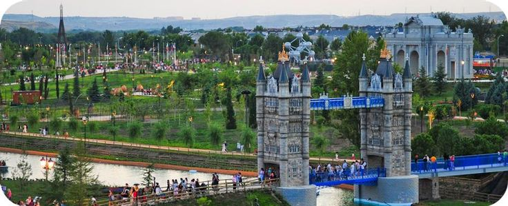 """¿por que no se conoce este parque? es increible!!! además de los monumentos, el paisaje es magnifico y tiene unos """"columpios"""" para niños de lo mejor que he visto!! Y encima, tiene unas actividades de multiaventura para todas las edades: tirolina, puente tibetano, tiro con arco, barcas de paseo... Todo un hallazgo!!"""