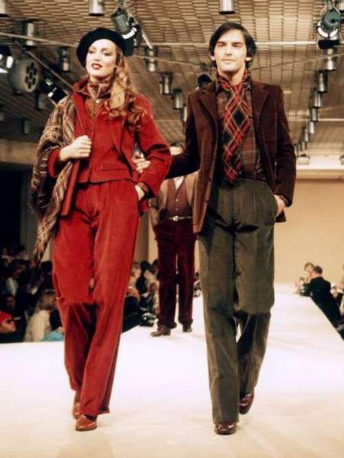 ココ・シャネル、クリスチャン・ディオール、ポール・ポワレらとともに20世紀のファッション業界をリードしたYves Saint-Laurent が77年パリで発表した服。メイクやカラーなどシックな装いとなり80年代の兆候がみられます。