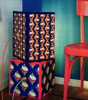 Idee regalo fai da te: lampade colorate con scatole di cartone   Dalla rivistaCasa Facileriportiamo lidea di costruire da soli delle originalissime e bellissime lampadericiclando scatole di cartone e carta colorata. Una semplice idea anche per un belregalo fai da te. Con questi semplici oggetti si può costruire una bella lampada decorativa (da utilizzare anche una sopra laltra) che appoggiata con la lampadina verso la parete creerà un angolo scenografico di grande effetto.  Occorrente…