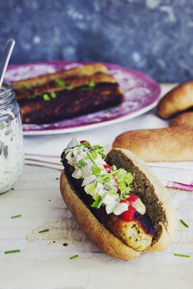 Korv med bröd! Fluffiga glutenfria korvbröd och krispig kikärtskorv, närmare bestämt.