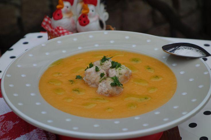 Reteta culinara Supa crema cu perisoare de pui din categoriile Borsuri si Ciorbe, Mancaruri cu carne, Mancaruri cu legume si zarzavaturi, Supe de carne. Cum sa faci Supa crema cu perisoare de pui