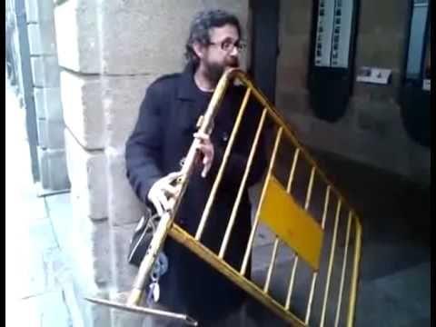 incredibil cum canta    in strada