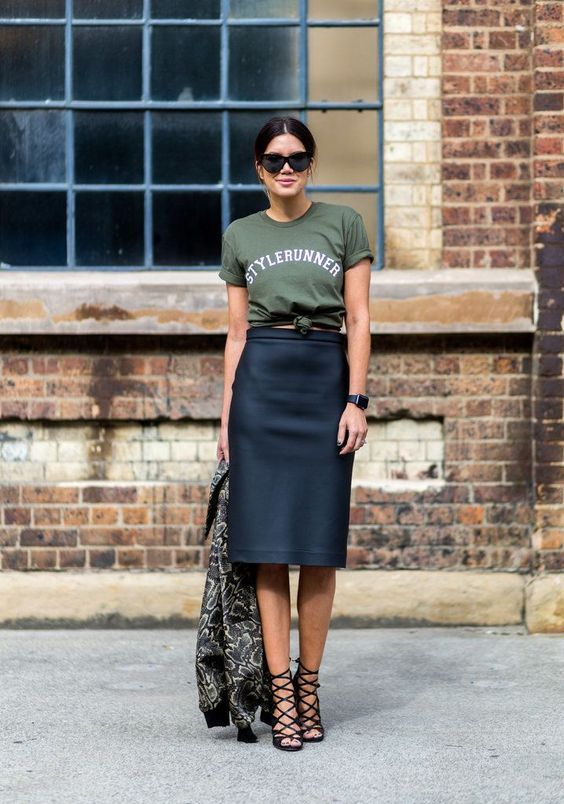 Fall trends | Graphic t-shirt, chic high waist skirt, heels and a coat