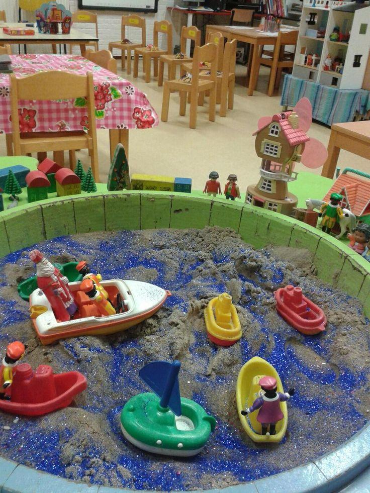 Zandtafel aankomst Sint met bootjes, Sint en Pieten, poppetjes, huisjes etc en glitter!